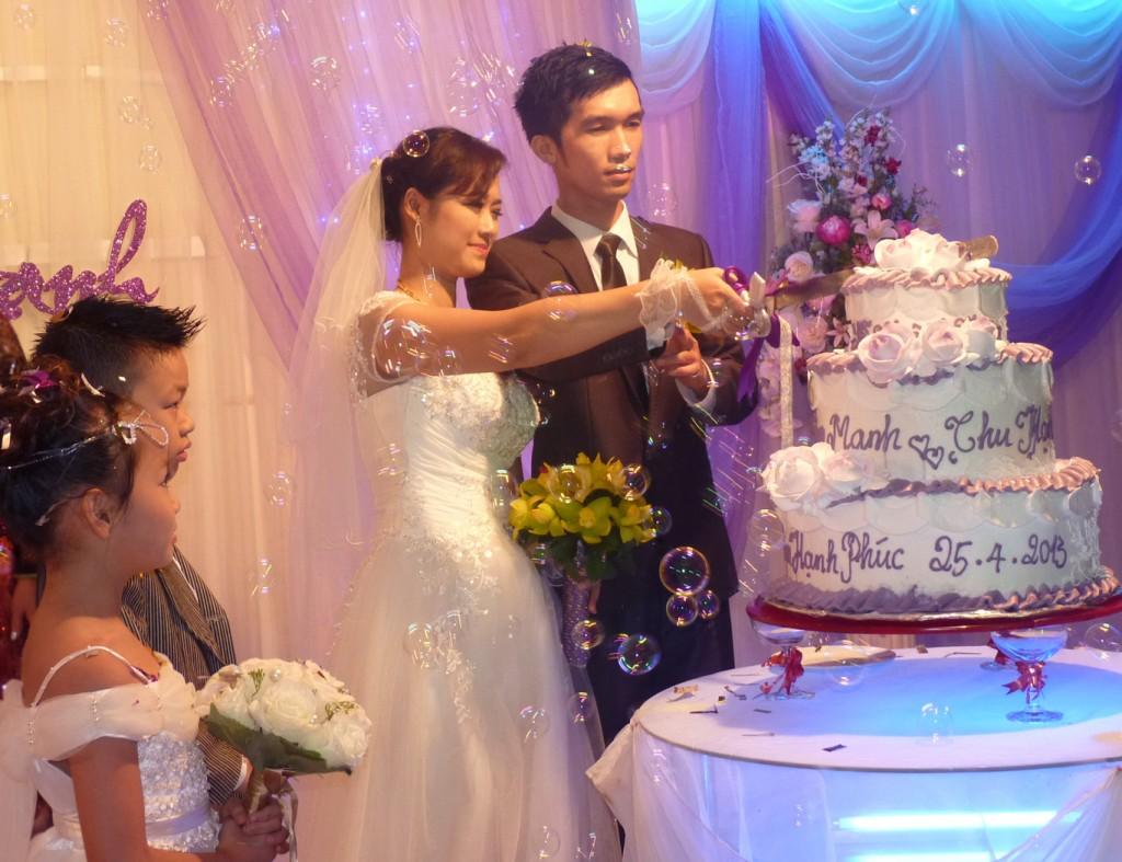 Cắt bánh trong tiệc cưới