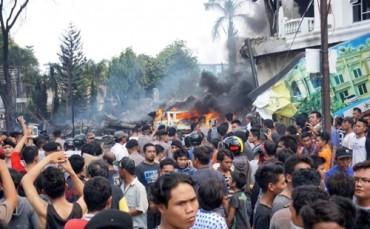 Hơn 100 người chết khi phi cơ quân sự Indonesia lao xuống khách sạn