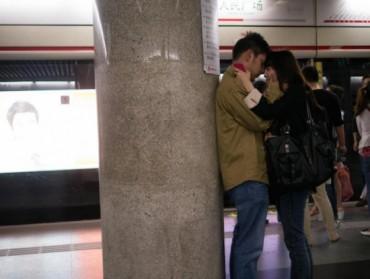 Bộ ảnh gây sốt: Những nụ hôn vội vã trên tàu điện ngầm
