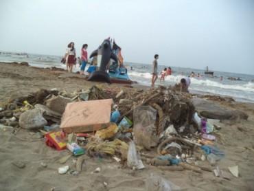 Đi tắm biển, buồn cho ý thức cộng đồng