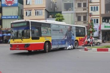 Hà Nội: Va chạm với xe máy, tài xế xe buýt bị đánh tới tấp