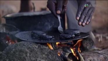 Đến nơi dân làng bắt muỗi làm bánh