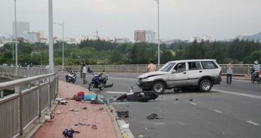 Bé trai tai nạn ở cầu Thuận Phước gãy cả tay chân