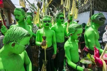 Lễ hội độc đáo sơn xanh khắp người để xua đuổi tà ma ở đảo Bali