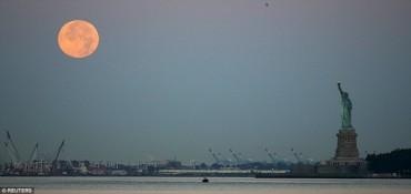 """Ngắm """"trăng xanh"""" trên khắp mọi miền thế giới"""