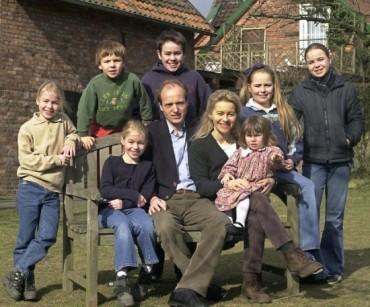 """Chân dung bà mẹ 7 con có thể kế vị """"Bà đầm thép"""" Merkel"""