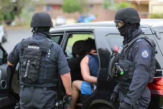 Cảnh sát Australia bắt một nghi phạm trong chiến dịch ngày 10/12. Ảnh: WSJ