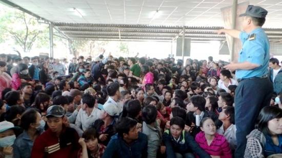 Hàng nghìn người dân chen chúc, chờ đợi mệt mỏi để mua vé xe Tết 2015. Ảnh: Trường Nguyên.