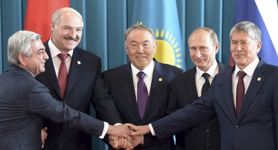 """Lãnh đạo các nước EurAsia """"tay bắt mặt mừng"""". Ảnh: Reuters"""