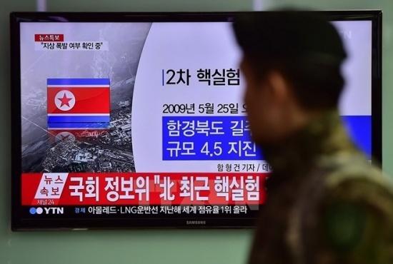 Binh sỹ Hàn Quốc theo dõi thông tin về vụ thử hạt nhân của Triều Tiên qua truyền hình tại nhà ga ở Seoul. (Ảnh: AFP/TTXVN)